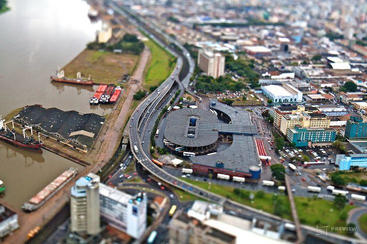 A Estação Rodoviária de Porto Alegre foi inaugurada em 28 de junho de 1970 num projeto do DAER. Na época o prédio da rodoviária foi considerado o maior e mais moderno da América do Sul tanto em estilo arquitetônico quanto no aspecto funcional. Ela se localiza na entrada da cidade para quem chega pela Freeway as margens do Rio Guaíba. Conheça nosso banco de imagens de Porto Alegre em Preview.is | Agência Preview . #poa #portoalegre #poars #bah #curtopoa #agenciapreview #drone #dji #rs…