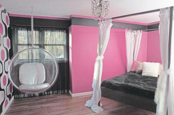 des murs de couleur rose et un fauteuil bulle décoratif