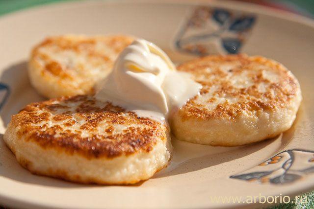 Творожные сырники - одно из самых вкусных блюд на завтрак, роскошное начало дня. К счастью, рецепт так прост, что готовить их можно и по выходным, и в будни.