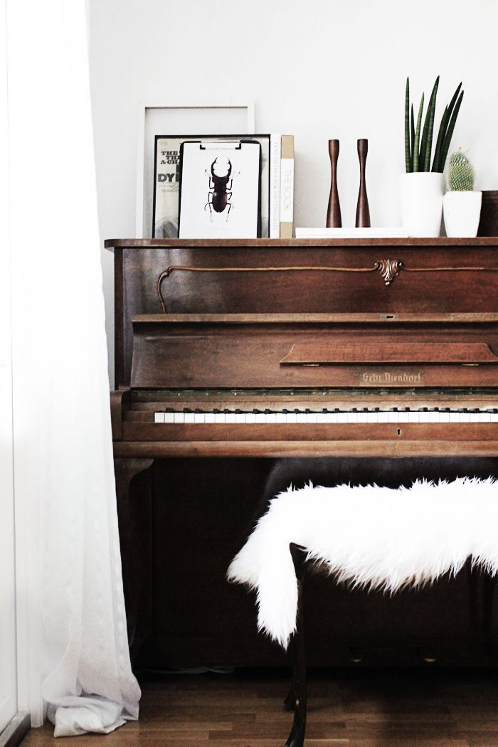 Piano decor inspiration! We love how this old piano was styled with some modern elements. It's a gorgeous spin on a classic!