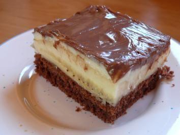 Das perfekte Bananen-Schokoladen-Blechkuchen-Rezept mit einfacher Schritt-für-Schritt-Anleitung: Eier trennen, Zucker, Eigelb, Öl, Wasser und Kakaopulver…