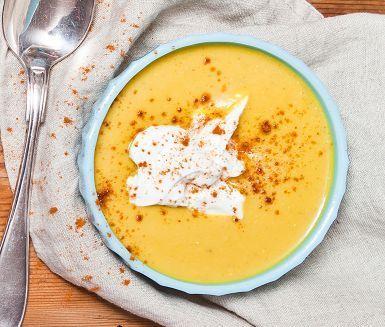 Indisk soppa. En kombination av värmande kryddor ihop med röda linser ger en lättlagad, nyttig och underbart god vegetarisk rätt. Toppa soppan med turkisk yoghurt för en frisk avrundning och lite chili för extra hetta.