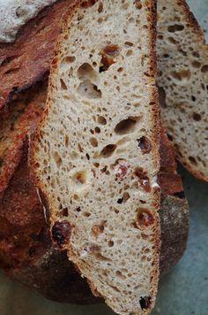 Очень ароматный хлеб с потрясающей вкуснейшей хрустящей корочкой, с красивым мякишем. Хлеб очень вкусный, его можно есть просто так, в качестве перекуса, настолько он приятный, интересный и многогранный. Работать с тестом тоже было очень увлекательно.