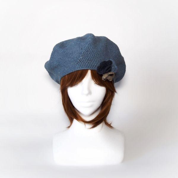 ジーンズを再紡績して作った糸で編みました。より一層のデニム感がでました。もう手に入らない糸なので、この色のベレー帽はこの一点のみとなります。同じ糸の他色を組み合わせてモチーフも作りました。頭のてっぺんでも、サイドやフロントに自由につけられるようにブローチにしました。オリジナルあふれた作品になりました。多少伸縮性あります。●カラー:ライトブルー●サイズ:頭周り内寸56cm  最大頭囲外寸82cm 高さ19cm●素材:コットン100% 春夏糸●注意事項:既製品にはない楽しいものを編んで、製作しております。手に取っていただいた方に喜んでいただけるよう、創意工夫しながら、また丁寧に作ることを心がけております。気になる点がございましたら、お気軽にお問い合わせください。既製品にはない手作り感を楽しんでいただけたら大変嬉しく思います。よろしくお願いいたします。●作家名:MAKIKo#春夏用 #ベレー帽 #レディース #ブローチ付き #取り外し可能 #レディース #大人かわいい #デニム糸 #ファッション #コットン #伸縮性 #帽子 #おしゃれ #カジュアル #手芸 #手編み…