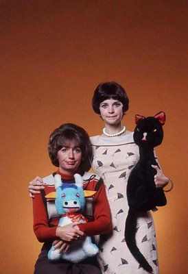Laverne & Shirley (Penny Marshall and Cindy Williams) with friends