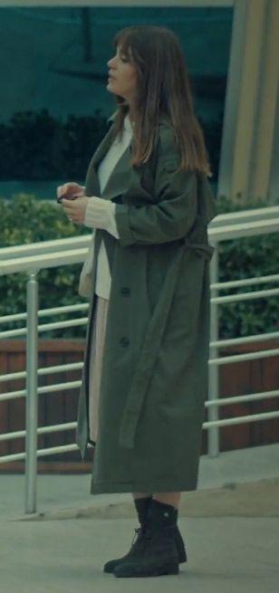 d405d9ce3e7b4 İstanbullu Gelin Aslı Enver Kıyafetleri Süreyya'nın giydiği haki yeşil uzun  pardesü trençkot ne marka