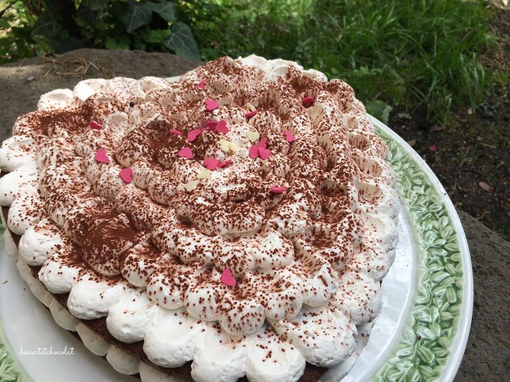 Torta Cappuccino a forma di cuore per la festa della mamma!  Soffice torta al cacao, farcita con crema a base di mascarpone e caffè.  Ricetta: http://dessertetchocolat.blogspot.it/2016/05/torta-cappuccino.html