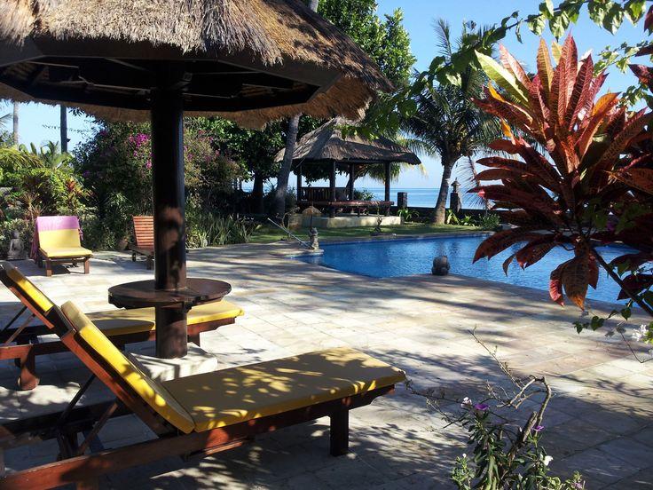 Détendez-vous à l'ombre au bord de la piscine... #Bali