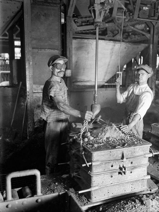 Employé des chemins de fer en Slovaquie, puis tourneur sur métaux dans les usines Renault, François Kollar devient photographe professionnel après avoir acquis une riche expérience chez l'i…