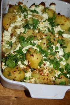 Ruokasurffausta: Rosmariiniset feta-perunat 1,5-2 kg perunoita 300g murenevaa fetajuustoa/salaattiajuustoa 1 dl oliiviöljyä 2 tl kuivattua rosmariinia 1 tl suolaa mustaapippuria myllystä