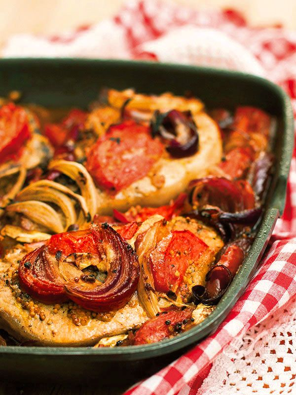Swordfish with tomatoes and onions - Il Pesce spada con pomodori e cipolle è un secondo di mare dal gusto tutto mediterraneo, ideale per una cena fresca e saporita che appaghi il palato. #pescespadaconpomodori