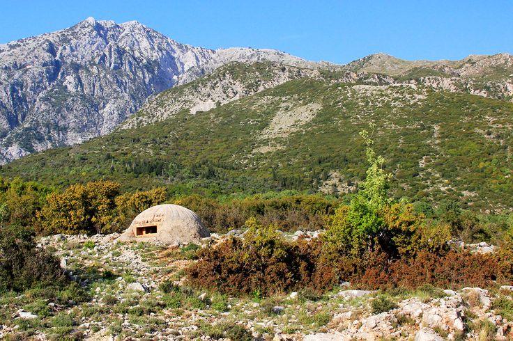 Un bunker parmi les dizaines de milliers qui parsèment les paysages et les villes d'Albanie. Un legs de la période communiste