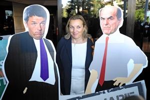 Laura Puppato tra le sagome di Renzi e Bersani