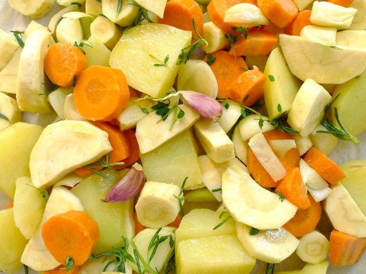 Zin in iets anders? Geroosterde wortels, pastinaken, aardappels en uien maken samen een heel lekker gerecht uit de oven. | http://degezondekok.nl