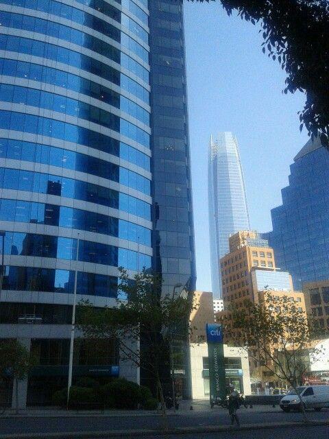 Reflejo en edificio de Vitacura en Santiago de Chile.