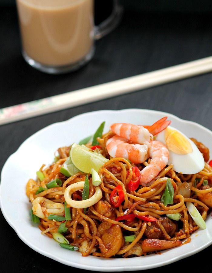Mamak mee goreng , a Malaysian version of stir-fried yellow noodles