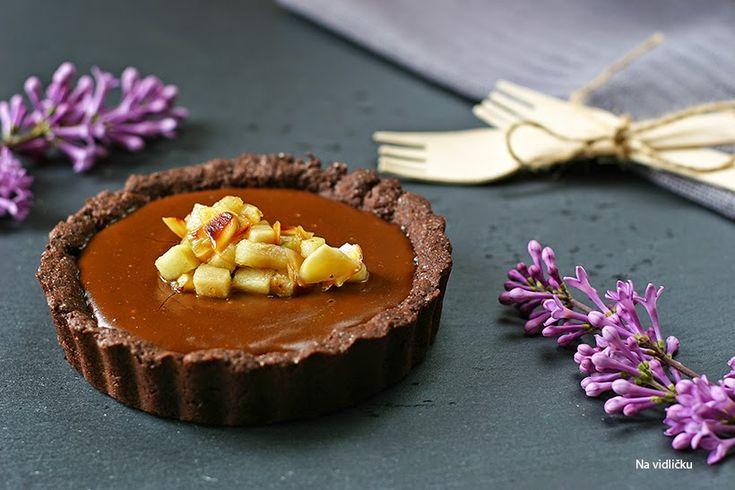 Hebký čokoládový krém, křehký kakaový korpus, navrch hrušky sladké jako med karamel. Košíčky jsou sice trochu pracné, ale klidně můžete ...