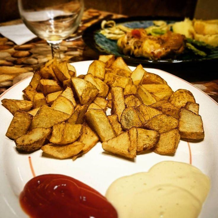 #patatasfritas #caseras con #alioli (#alioliando) y ese #ketchup que nunca puede faltar!   #foodlovers #foodpic #foodgasm #foodporn #foodie #instafood #instapic #elreceton  elreceton.com  #foodie