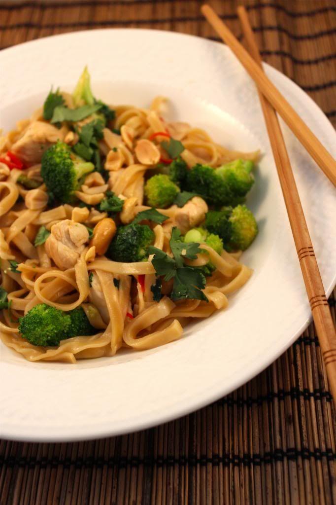 Thaise noedels met kip, brocolli en pinda's
