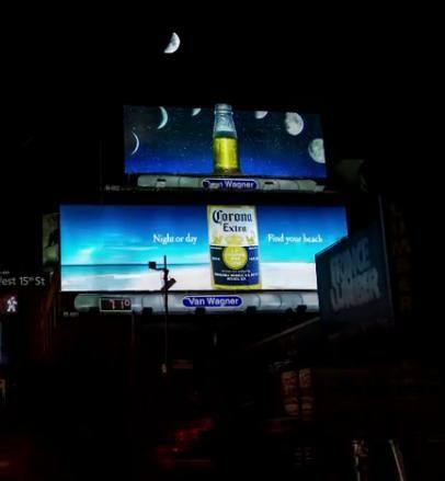 三日月がスライスしたライムに!? 月の満ち欠けを活かしたコロナの看板広告  |  AdGang