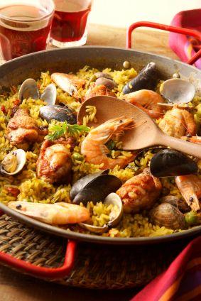 Esta receta de paella lleva chorizo, pollo, camarones y verduras. Asegúrate de seguir los pasos y no mover el arroz para que no se bata!
