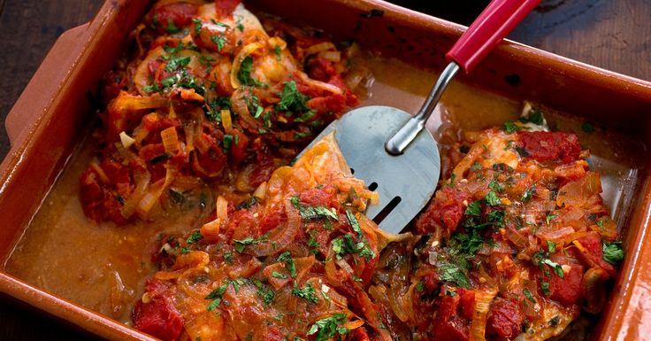 Acest fel de mâncare se pregătește în Grecia, unde peștele este specialitatea casei. În majoritatea rețetelor grecești se întrebuințează uleiul de măsline, respectiv vom folosi și noi acest tip de ulei. De asemenea, sucul de lămâie proaspăt stors inclus în rețeta noastră, se folosește practic în toate bucatele grecești. Acesta dă un gust de citrice și face carnea mai moale. Un alt detaliu curios este faptul că grecii adaugă scorțișoară măcinată în sosul de roșii. O combinație neobișnuită…