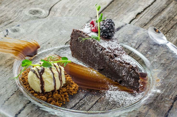 Brownie cu înghețată de vanilie și crumble de turtă dulce