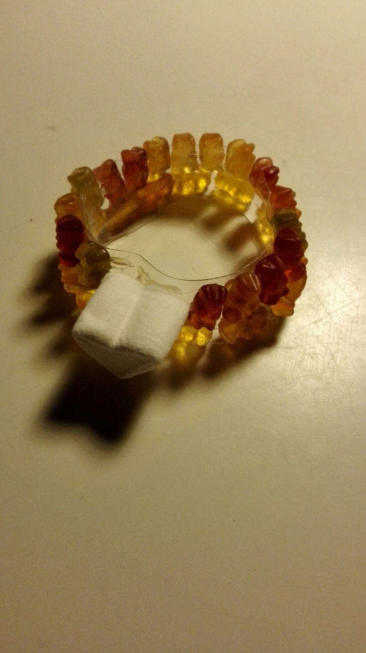 Armbånd(fra plastflaske) lavet af vingummi og skumfidus sammen med Freja.