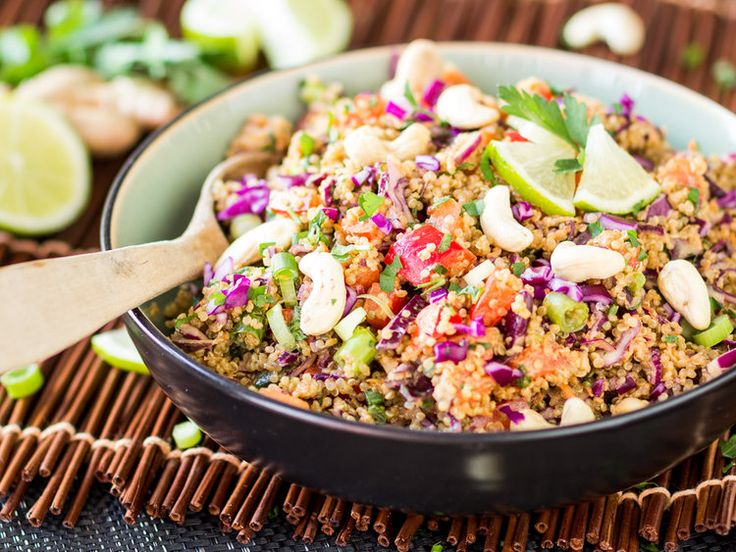 Thai Quinoa Salat mit Erdnuss-Ingwer-Dressing
