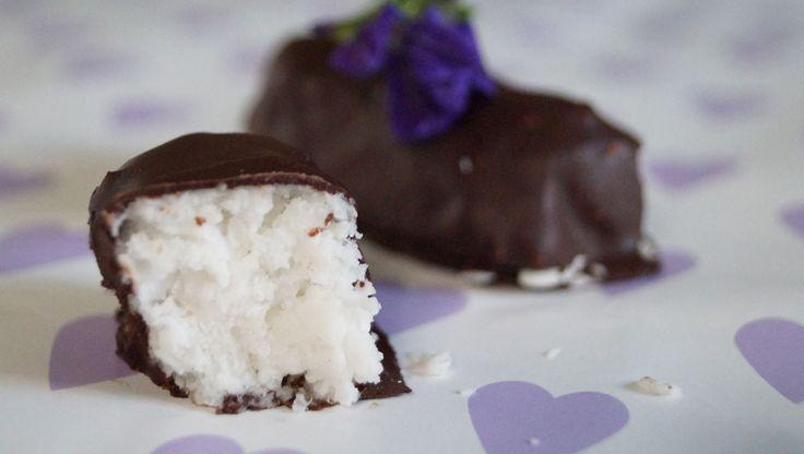 Denne lækre kokoskonfekt minder meget om Bounty i smag og konsistens. Den kan virkelig anbefales! Og så er opskriften endda lavet efter LCHF principperne