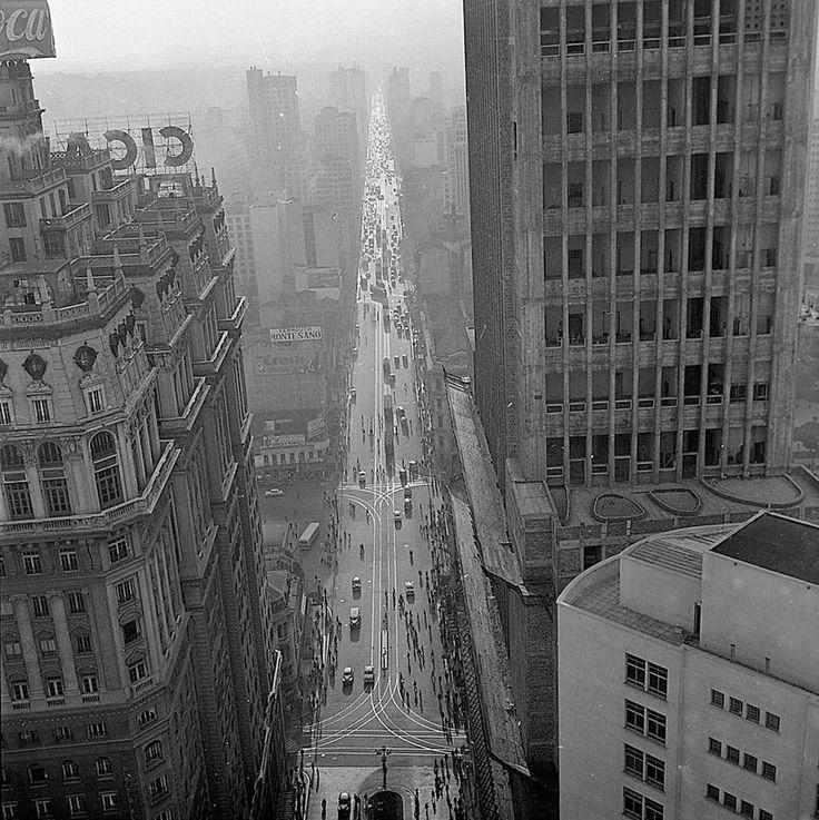 Vista da avenida São João, São Paulo – Década de 1950. (Chico Albuquerque/MIS-SP/Instituto Moreira Salles)  Que lindo os traços dos trilhos!