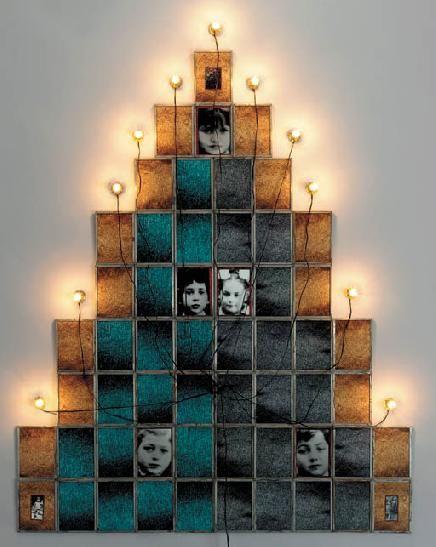 Monument, 1986, Christian Boltanski, Sculpture, Dimensions : 150 x 196 cm, 56 photographies numérotées et encadrées, 11 lampes électriques.