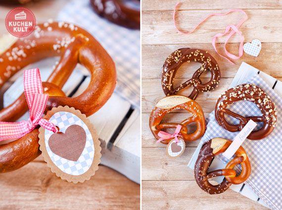 Süße Tischdekoration: Brezeln mit kleinen Schleifchen und Namenskärtchen. #Bavarian #wedding