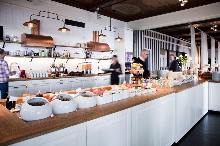 Den generösa frukosten serveras i den fantastiska matsalen som är en upplevelse i sig. Njut av ett stort utbud av frukt, juicer, bröd, våfflor, pålägg med mera. Här finns allt man kan önska sig av en frukost!
