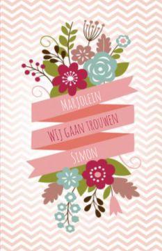 Hippe trouwkaart met roze chevron achtergrond en schuine zigzag banner met de namen. Boven en onder geillustreerde bloemen.