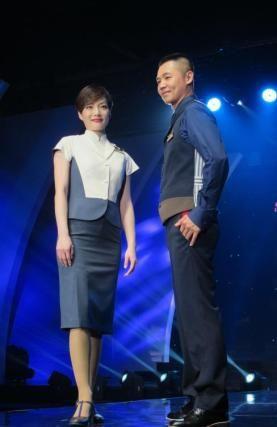 6月12日,台湾中华航空公司在台北举行新制服发表会。这是华航时隔8年再度推出新制服,由香港知名服装设计师张叔平操刀。新制服利用不同色块按比例创造视觉亮点,既保有传统旗袍样式,又融合现代时装概念及剪裁。华航表示,预计今年8月起空地勤人员将陆续更换制服。中新社发 郑巧 摄