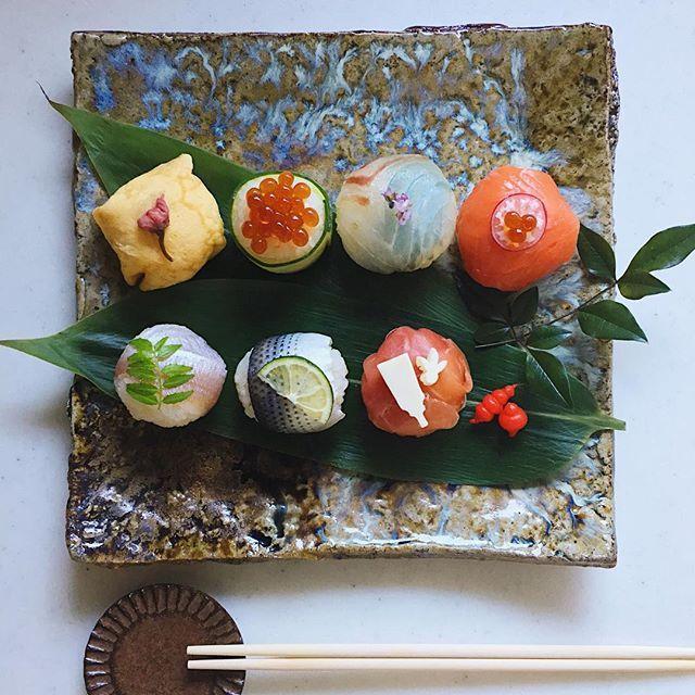 Today's lunch. やっとおうちでのんびり 手まり寿司でお昼ごはん☺︎ * 小鯛笹漬け 小肌 生ハム 薄焼き卵 いくら胡瓜 鯛の昆布〆 スモークサーモンa50a