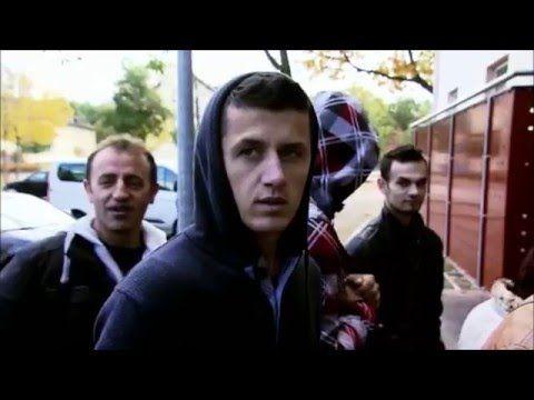 Asylbewerber spuckt auf deutsche Flagge - YouTube