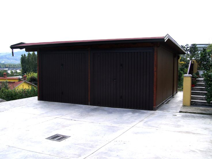 Garage modello Plus con due portoni a bascula, dimensioni cm 500 x 514. Soffitto in legno perlinato e pareti in pannelli poliuretanici con lato esterno finto legno. Canali di gronda in lamiera zincata preverniciata, copertura in guaina catramata ardesiata.