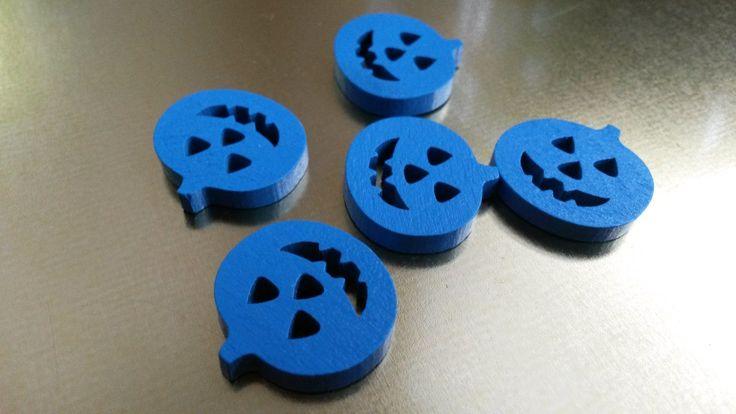 Dřevěný knoflík ve tvaru dýní Dřevěný knoflíkve tvaru dýní. Délka - 17 mm Šířka- 18 mm Cena za 1 ks. Libovolná barevná kombinace. Uveďte do objednávky, o jaké barvy byste měli zájem (viz foto). V případě, že chcete ušetřit na poštovném, máme pro vás možnost zaslání zásilky v obyčejné obálce.