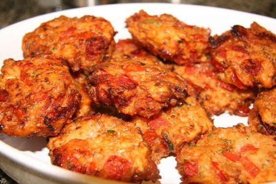 Grčki specijalitet, vegetarijansko jelo ili savršen prilog uz meso. Paradajz operite, izrežite na četvrtine i izvadite sjemenke. Izrežite na sitne k...