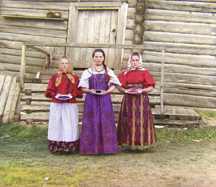 """Sarafan (ros. Сарафан) – rodzaj długiej sukni, często bez rękawów, z wysoką talią, rozszerzanej ku dołowi, zaś z przodu zazwyczaj rozpinanej lub rozciętej. Sarafan był rozpowszechniony w centralnej i wschodniej Europie w XVII–XVIII stuleciach. W Rosji stroje te były noszone przez chłopki z regionów centralnych i północnych oraz Powołża. Słowo """"sarafan"""" pochodzi z języka perskiego."""