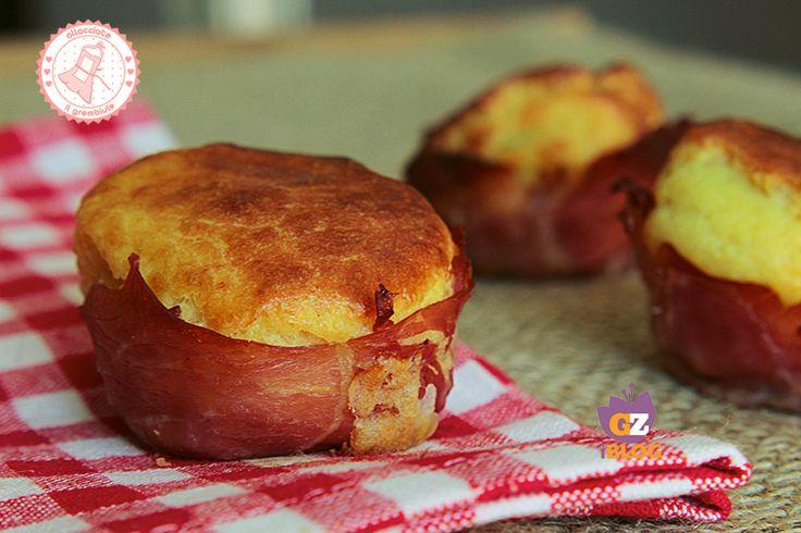 I muffin di patate con prosciutto e formaggio sono una ricetta facile, veloce e gustosissima per un pranzo al sacco, un picnic o da portare in ufficio.