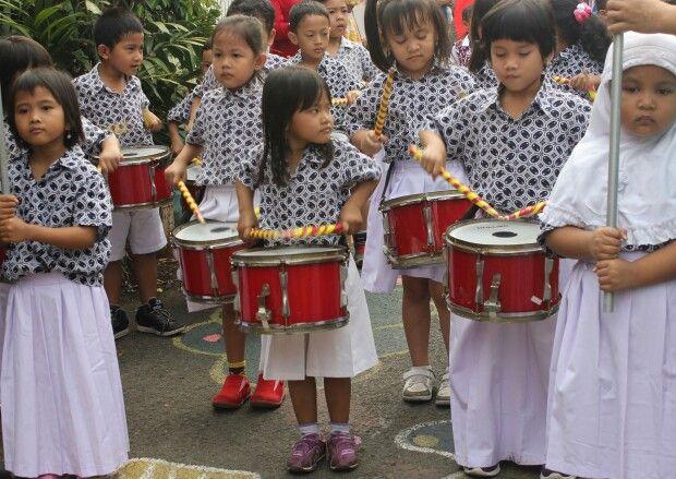 Marching Band SD Daarul Qur'an Tebet memeriahkan kegiatan kreatif Ngebatik Sekampung @Kampoeng Batik Palbatu dalam rangka Hari Batik Nasional 2 Oktober 2014  Menyintai Indonesia Melalui Batik www.kampoengbatikpalbatu.com  #batik #belajarbatik #kampungbatik #batikbetawi # jakarta #indonesia