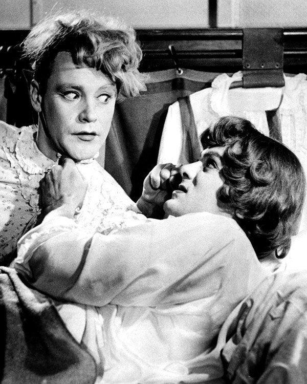 """Eine entzückende Verwechslungskomödie mit den Besten aus Hollywood: Jack Lemmon, Tony Curtis und Marilyn Monroe spielten 1959 unter der Regie von Billy Wilder in """"Manche mögen's heiß"""". Zwei abgebrannte Jazzmusiker müssen untertauchen, nachdem sie einen Mord beobachtet haben. Die beiden schummeln sich ausgerechnet, als Frauen verkleidet, in eine Damenkapelle ein. Wirklich witzig und daher ein Must-See!"""