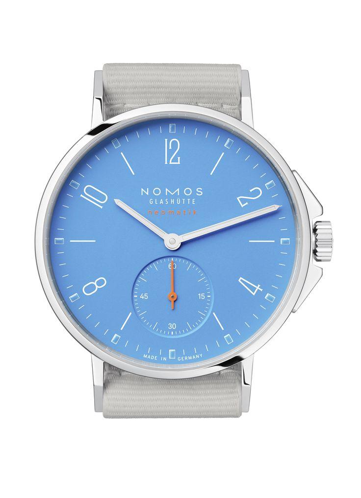 Die deutsche Manufaktur Nomos Glashütte lanciert eine neue Kollektion für wasserdichte Uhren. Das Aqua-Modell Neomatik Signalblau ist mit seinem blauen Zifferblatt besonders maritim gestaltet. Zudem ist die Uhr bis 200 Meter wasserdicht und wird an einem Textilband getragen, das dem nassen Element ebenfalls standhält. [1345]