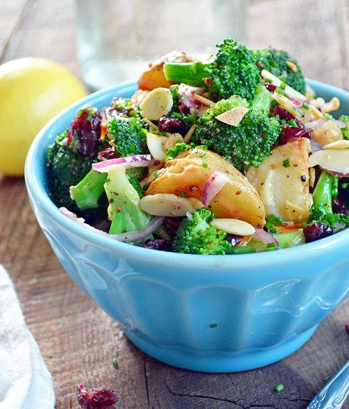Salade de Brocoli et Pommes de Terre aux Amandes et Canneberges - http://www.ratatouilleetcie.com/salade-de-brocoli-et-pommes-de-terre-aux-amandes-et-canneberges/