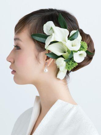 多彩な白花づかいで凜とした雰囲気のなかに主役の存在感をアピール/Side