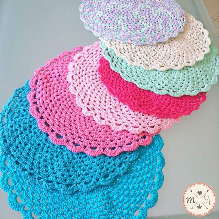 Um arco íris de cores  #sousplat #crochet #mesa #casa #morandocomamor #candy #candycolors #croche #mesalinda #mesaposta #jogoamericano #receberemcasa