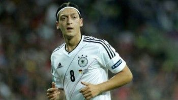 Jetzt spricht Mesut Özil endlich über Sängerin Mandy!